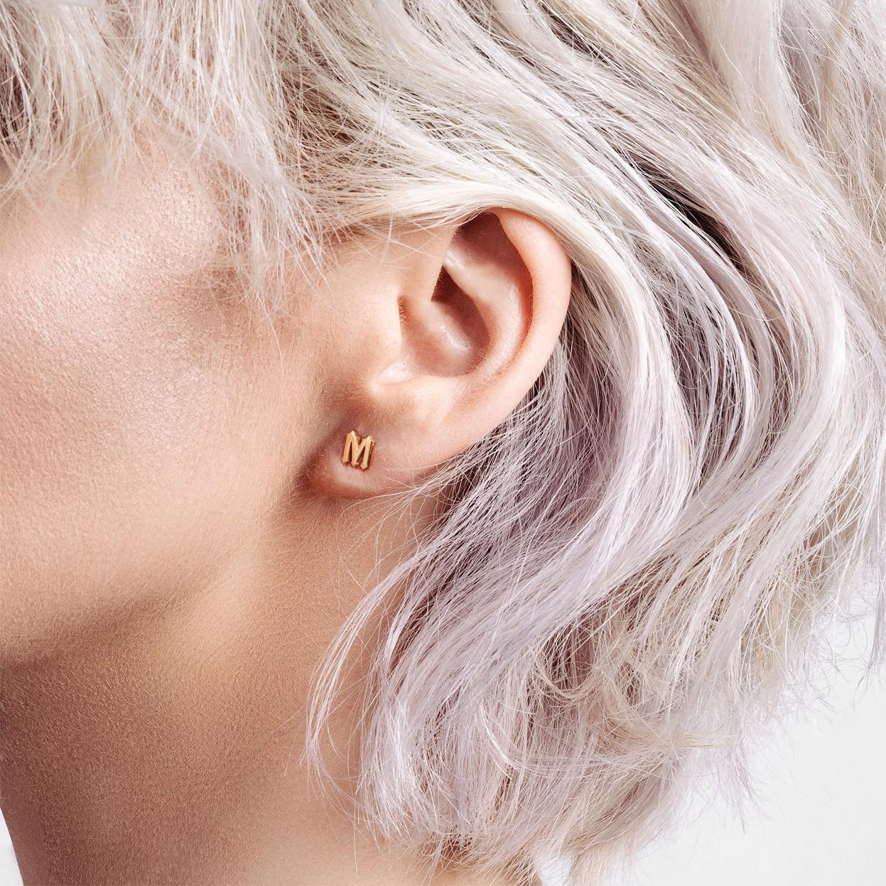 Des boucles d'oreilles lettre argent 925