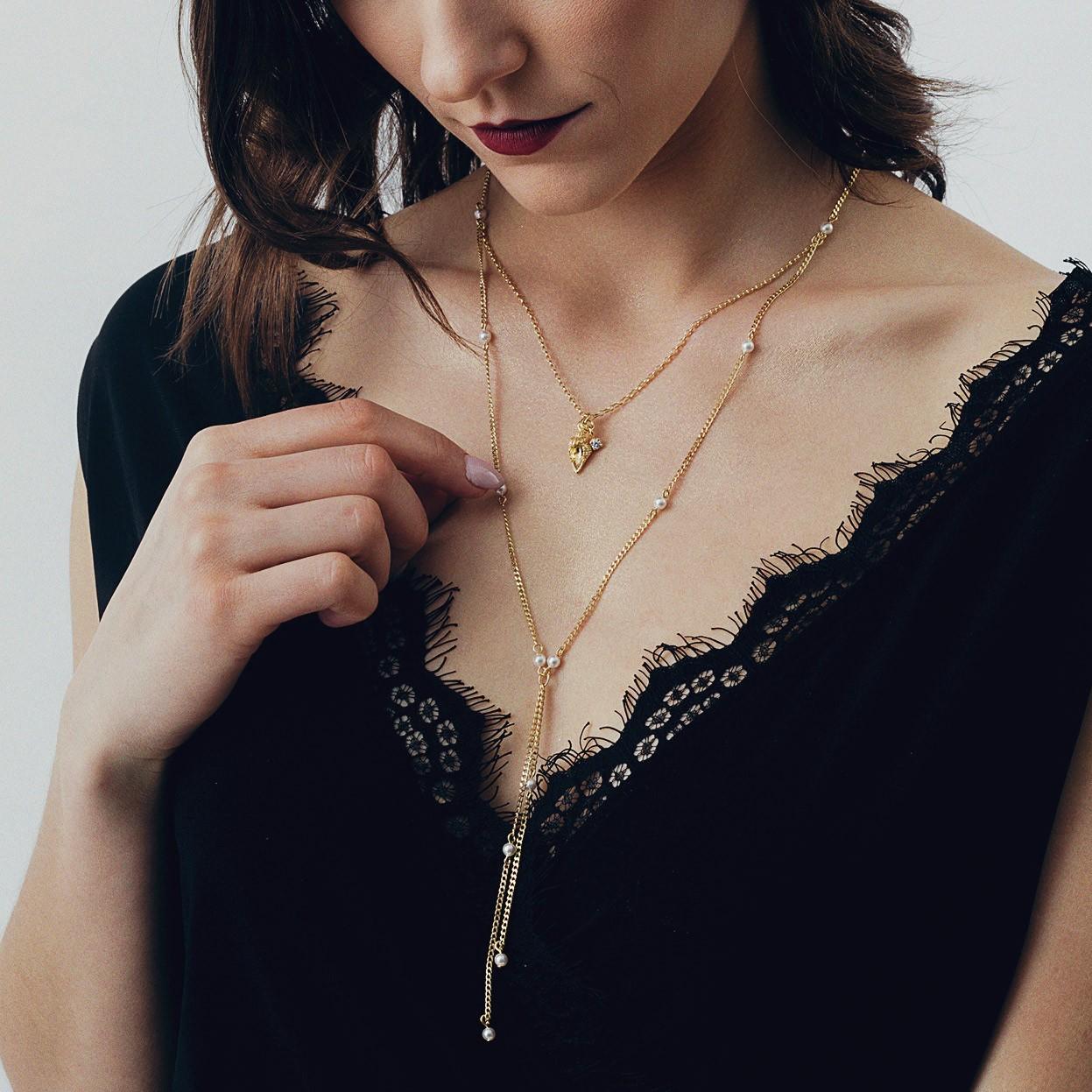 Stylowy naszyjnik z perełkami i muszlą, srebro 925